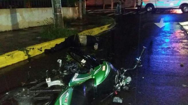Motociclista ebrio muere tras chocar contra un poste en San Salvador