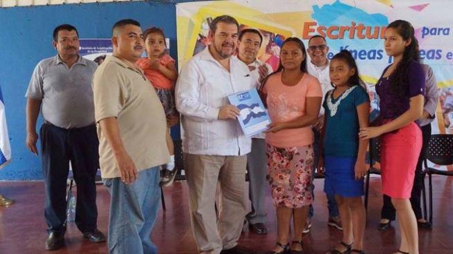 Gobierno entrega escrituras de propiedad a familias de Usulután y San Miguel