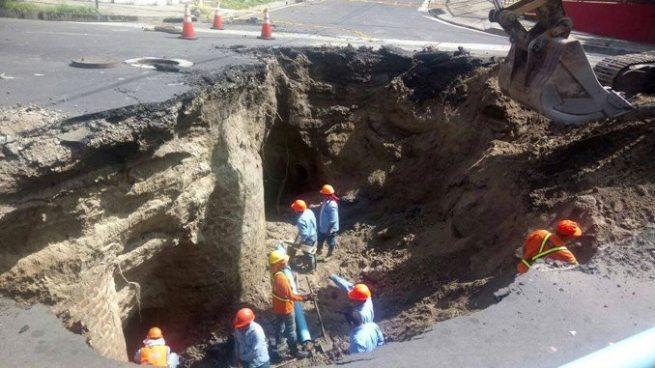 Trabajan para reparar cárcava en calle San Antonio Abad, San Salvador