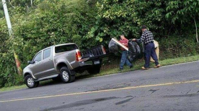 Policía de Turismo multa a conductor que lanzó basura a la orilla de una carretera