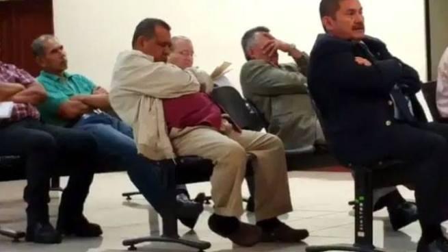 Raúl Mijango se duerme durante el segundo día de la audiencia del caso tregua