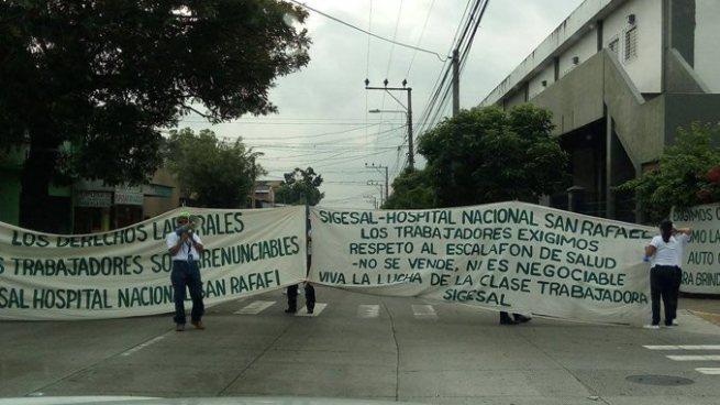 Sindicalistas del Hospital San Rafael cierran calle en protesta por violación a sus derechos