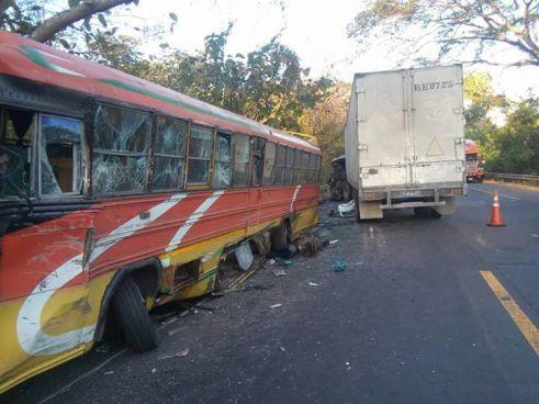 Grave accidente entre un furgón y un bus en Usulután dejó dos lesionados