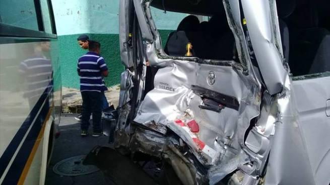 Siete lesionados tras accidente de tránsito entre dos microbuses en Santa Ana