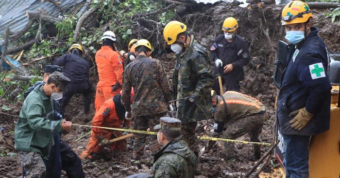 Finalizan trabajos de rescate de las 7 personas que resultaron soterradas en Santo Tomas