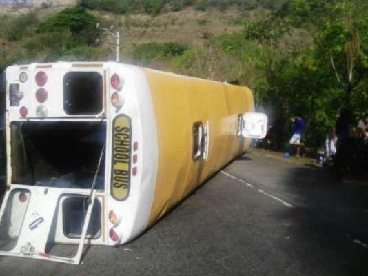Al menos 15 lesionados tras vuelco de un bus en la carretera El Litoral en La Libertad
