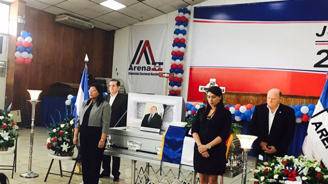 Miembros de ARENA y familiares realizan guardia fúnebre en honor a Salvador Ruano