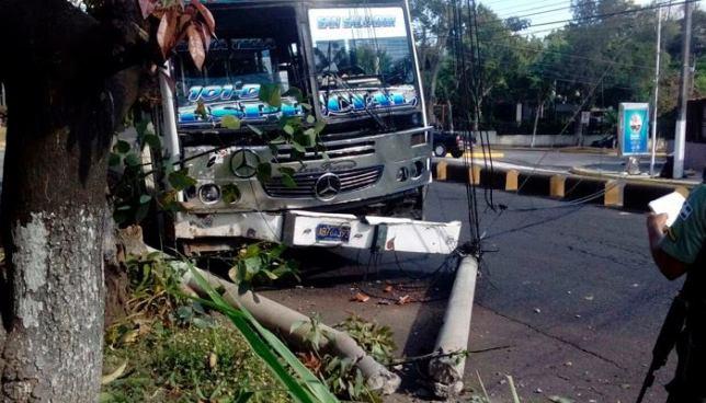 Autobús se accidenta y derriba un poste del tendido eléctrico en Santa Tecla
