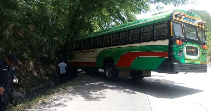 Accidente de bus de la ruta 235 deja al menos una persona lesionada en Santa Ana