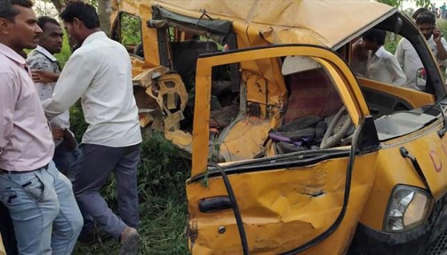 Al menos 13 niños muertos deja accidente entre microbús escolar y tren en la India