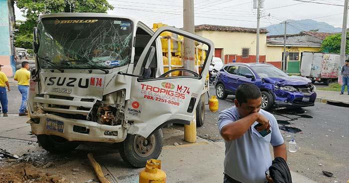 Choque entre camión repartidor y camioneta causa daños a una pupusería en Santa Ana