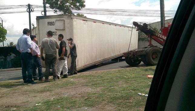 Rastra con desperfectos mecánicos provoca cierre del bulevar del Ejército en Ilopango