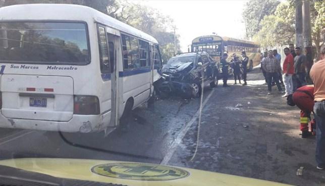 Fuerte accidente de tránsito en calle antigua a San Marcos deja más de 10 personas lesionadas