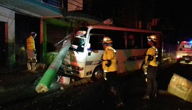 Microbus de la 41-F choca y derriba un poste dejando al motorista lesionado en Soyapango