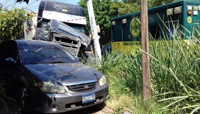 Rastra con desperfectos mecánicos embiste un automóvil en San Salvador