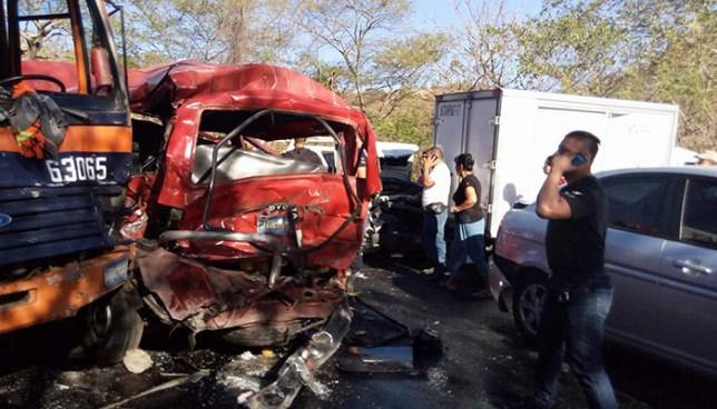 Múltiple accidente de tránsito deja varios lesionados y provoca el cierre de la carretera Panamericana