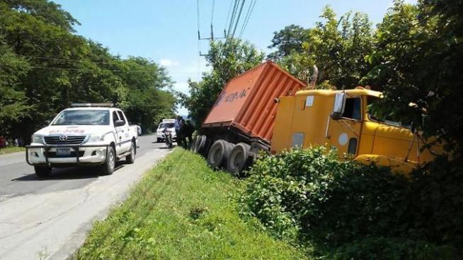 Fallece conductor de rastra tras sufrir accidente de tránsito en carretera Panamericana