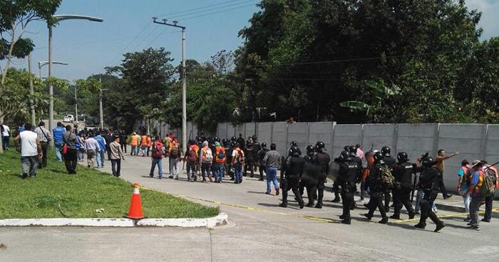 Agentes de la UMO se preparan para desalojar a habitantes de la comunidad El Espino