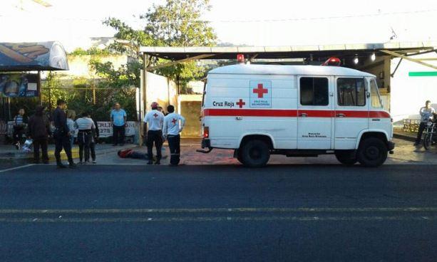 Una persona muere luego de ser atropellada bajo una pasarela en Santa Tecla