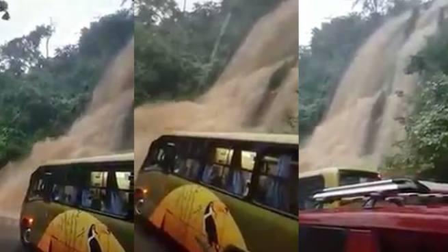 Conductor de autobús atraviesa cascada en carretera con pasajeros a bordo en San Miguel