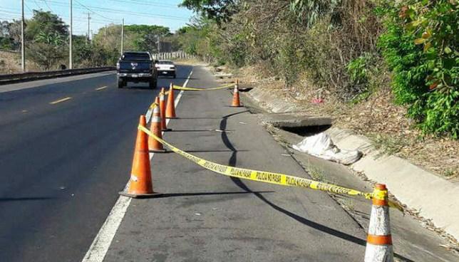 Encuentra el cadáver ensabanado de una persona sobre una carretera en Apopa