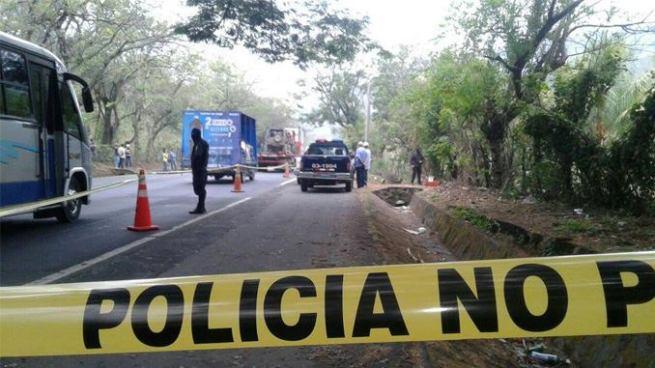 Encuentran el cadáver de una mujer a la orilla de una carretera en Cuscatlán