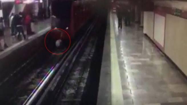 Captan momento en que hombre se lanza a las vías de un metro en México