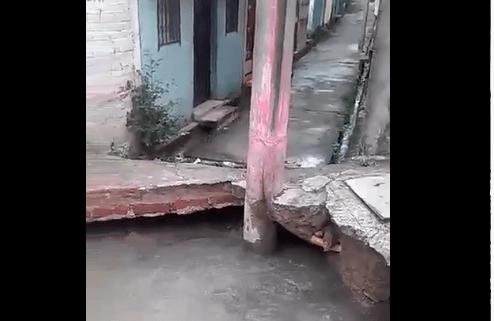 Inmenso agujero se ha formado por fuga de agua en Soyapango