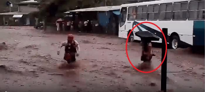 Rescatan a una mujer y su bebé luego de quedar atrapados en una calle inundada en Santa Ana