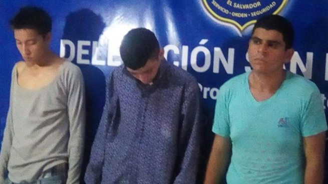 Arrestan a 3 sujetos con 143 porciones de marihuana en San Miguel