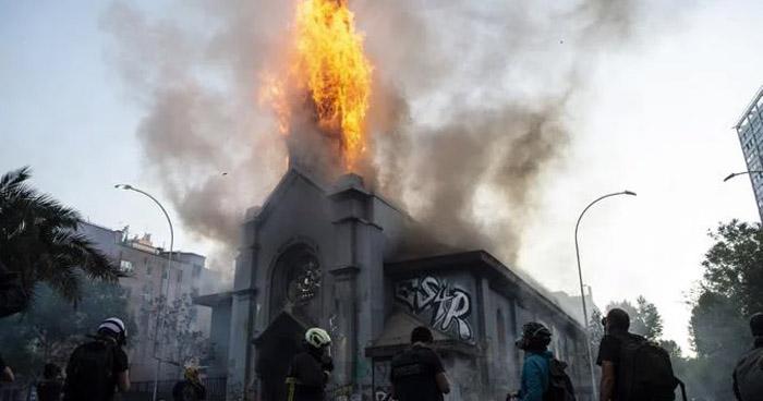 Queman dos iglesias durante masivas protestas en Chile