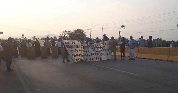 Trabajadores cierran paso en carretera a Acajutla por la paralización de proyecto de construcción