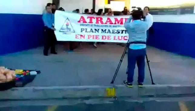 Sindicalistas y padres de familia cierran escuela de Soyapango