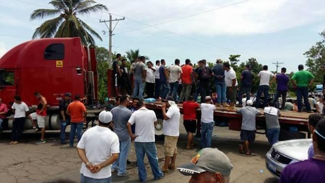 Pobladores cierran paso hacia la frontera La Hachadura por el mal estado de la carretera