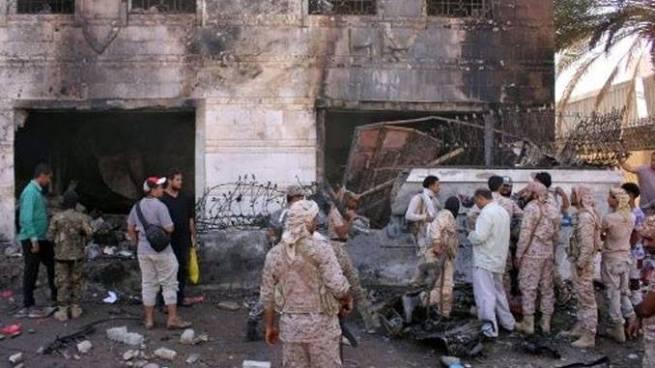 Al menos 6 muertos en atentado terrorista contra un cuartel en Yemen