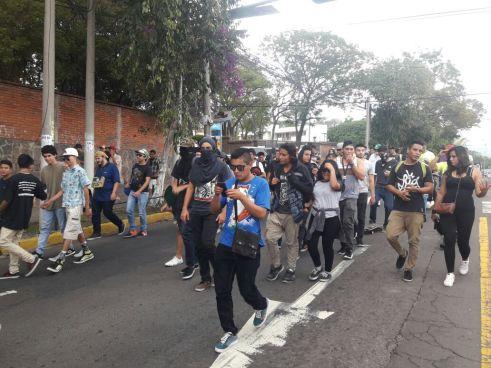Jovenes realizan marcha para exigir que se legalice la marihuana en El Salvador