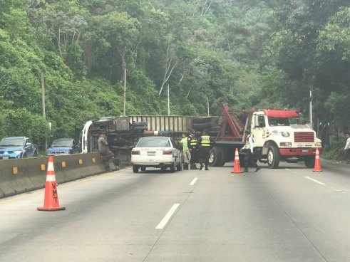 Vuelca camión  en la Carretera Los Chorros