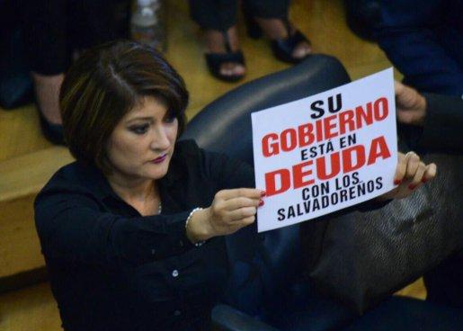 Diputada de ARENA protesta con carteles durante el discurso del presidente Sánchez Cerén