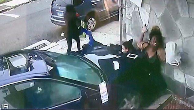 Mujer salva a niño de morir aplastado por un auto