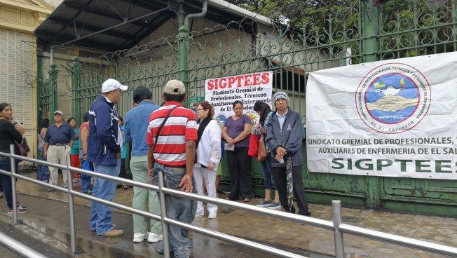 Sindicalistas y pacientes protestan por falta de medicamentos en el Hospital Rosales