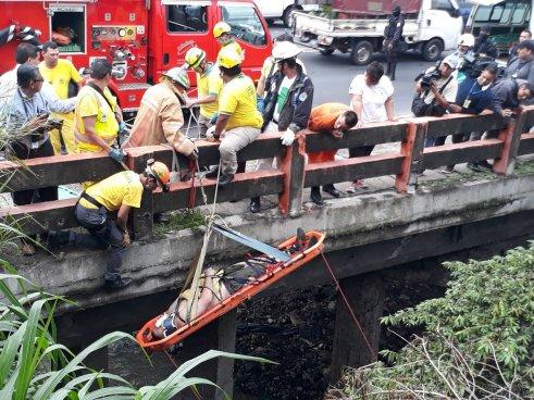 Hombre cae de un puente y es arrastrado por la corriente del río Acelhuate