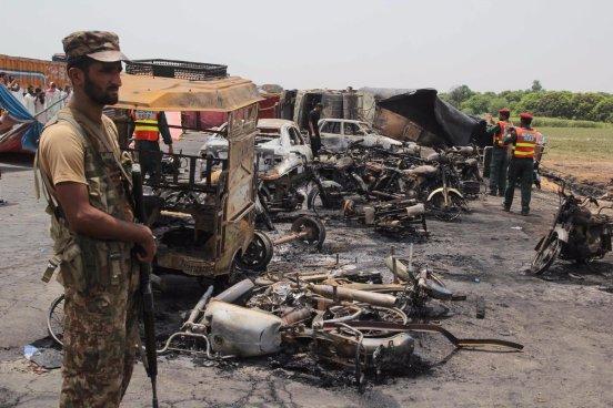148 muertos tras la explosión de un camión cisterna en Pakistán
