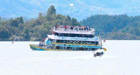 Naufragio de barco turista en Colombia deja tres muertos y 30 desaparecidos
