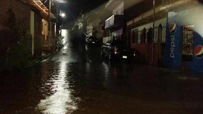 Río en San Francisco Gotera se desborda e inunda varias viviendas