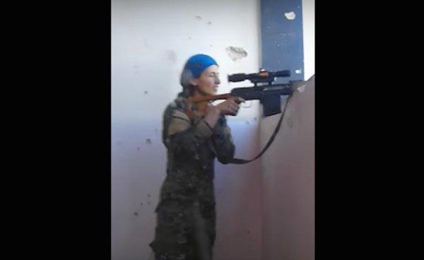 Sorpresiva reacción de una francotiradora kurda luego de salvarse de una bala del Estado Islámico