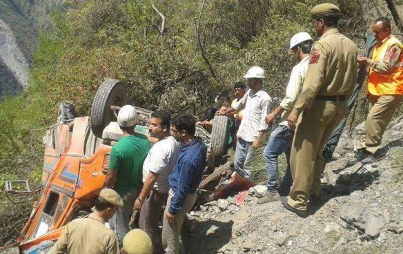 Autobús cae a precipicio y deja 16 muertos en la India