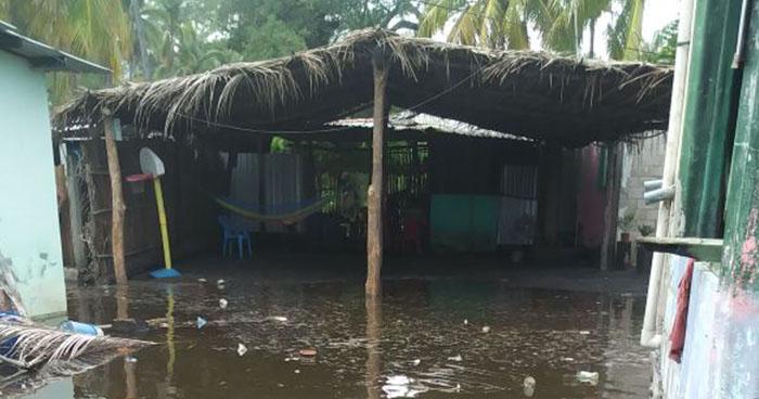 Fuerte oleaje provoca daños a decenas de negocios en playa de La Libertad