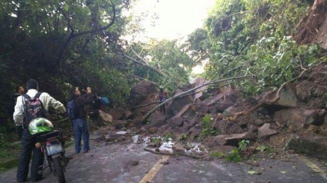 Autoridades emiten alerta de derrumbes por lluvias