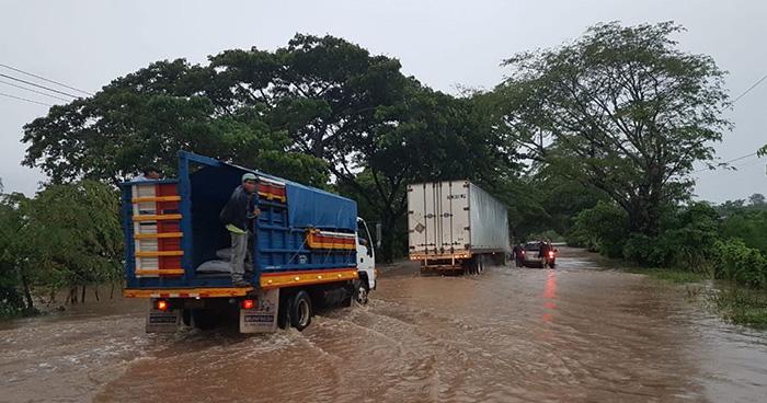 Río Grande de San Miguel inunda tramo de la carretera El Litoral