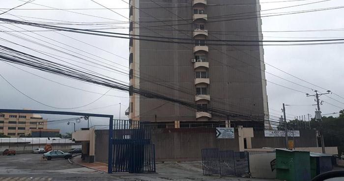 Mujer pierde la vida tras caer de un edificio en San Salvador